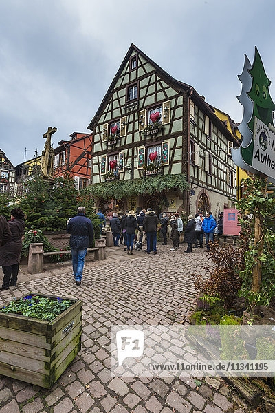 A typical house in the medieval old town decorated with Christmas ornaments  Kaysersberg  Haut-Rhin department  Alsace  France  Europe