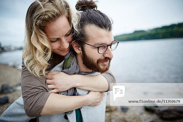 Junges Paar am Flussufer