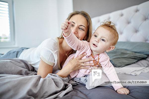 Mutter und Baby auf dem Bett