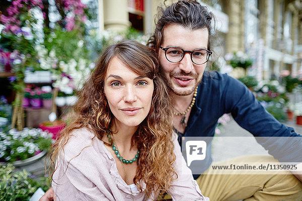 Portrait eines lächelnden jungen Paares in der Stadt