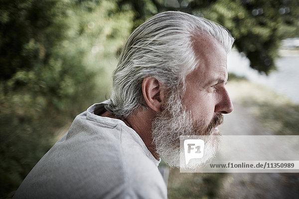 Reifer Mann mit Vollbart im Freien