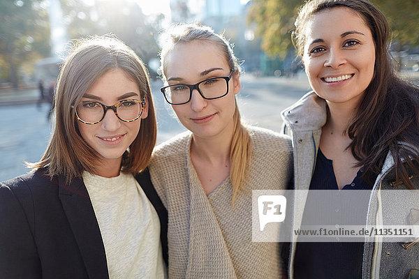 Portrait von drei lächelnden Frauen im Freien