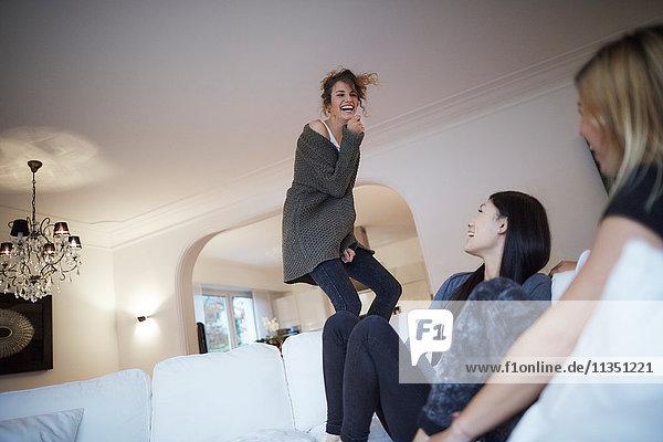 Drei ausgelassene Frauen im Wohnzimmer