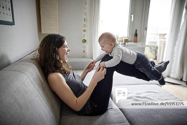 Glückliche Mutter mit Baby Zuhause