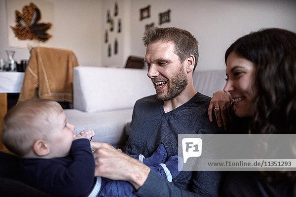 Glückliche Familie mit Baby Zuhause
