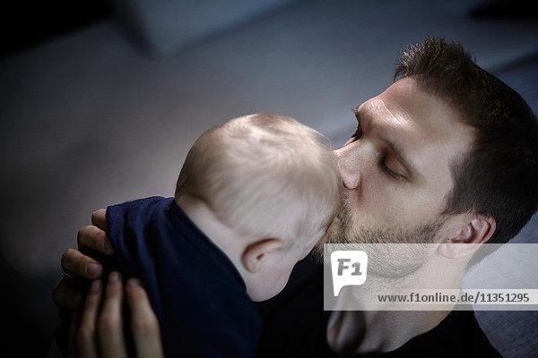 Vater küsst sein Baby