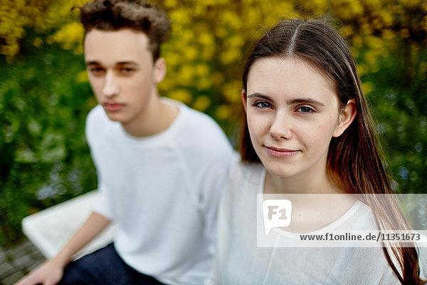 Portrait einer Teenagerin mit Freund im Freien