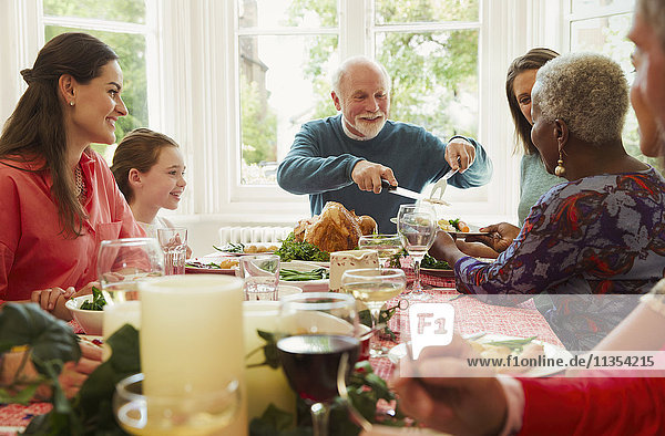 Multi-ethnische Familie genießt den weihnachtlichen Esstisch