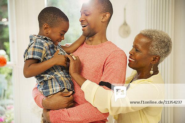 Liebevolle Mehrgenerationen-Familienumarmung