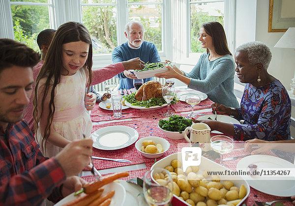 Mehrgenerationen-Familienessen am Weihnachtstisch
