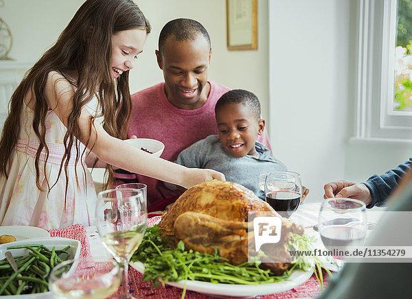 Multi-ethnische Familie genießt Weihnachts-Truthahn-Dinner bei Tisch