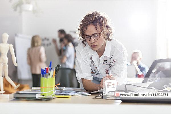 Fokussierte weibliche Design-Profis planen im Büro