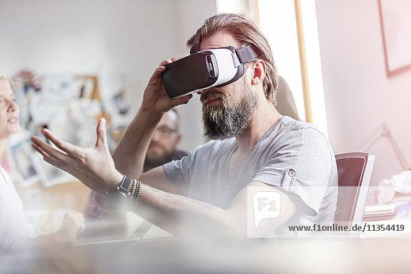 Männlicher Designprofi mit Virtual-Reality-Simulator-Brille im Büro