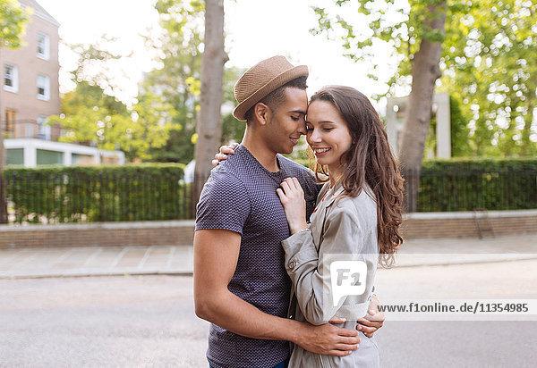 Junges Paar in Straßenumarmung