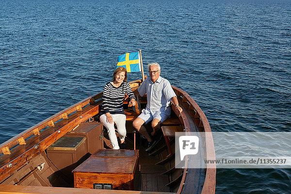 Ehepaar sitzt im Boot auf dem Meer