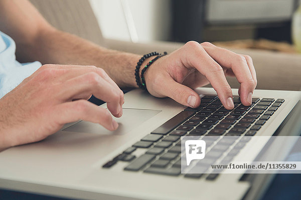 Männerhände am Laptop