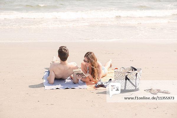 Paar entspannt am Strand  Coney Island  Brooklyn  New York  USA