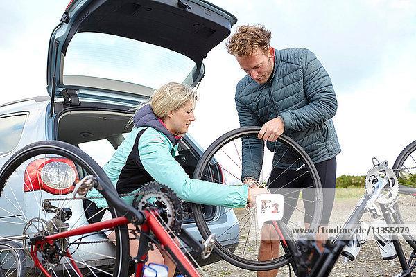 Radfahrer  die das Fahrrad zum Fahren vorbereiten