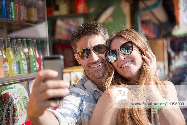 Ehepaar mit Smartphone zum Selbstfahren  Coney Island  Brooklyn  New York  USA