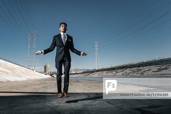 Geschäftsmann beim Skippen  Los Angeles River  Kalifornien  USA