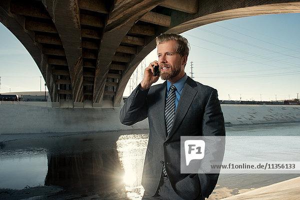 Geschäftsmann beim Telefonieren  Los Angeles River  Kalifornien  USA