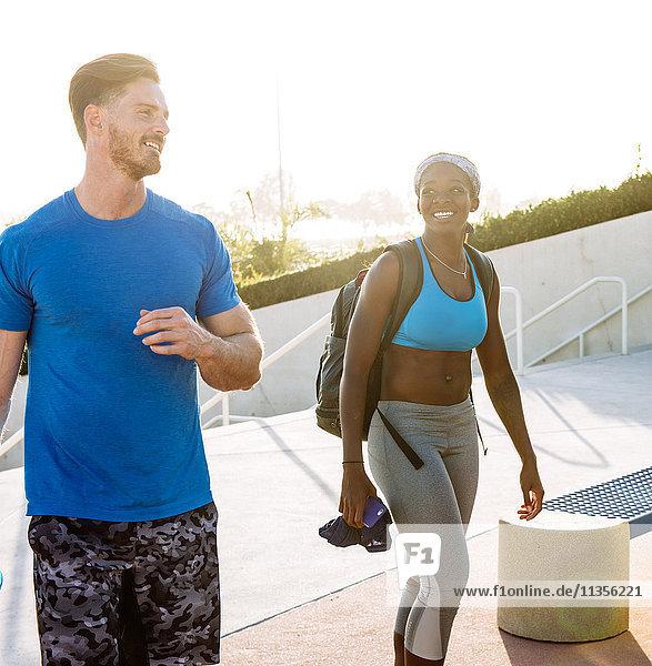 Mann und Frau trainieren  plaudern in einer Sportanlage in der Innenstadt von San Diego  Kalifornien  USA