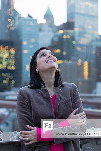 Touristin  die von der Brooklyn Bridge aufschaut  New York  USA