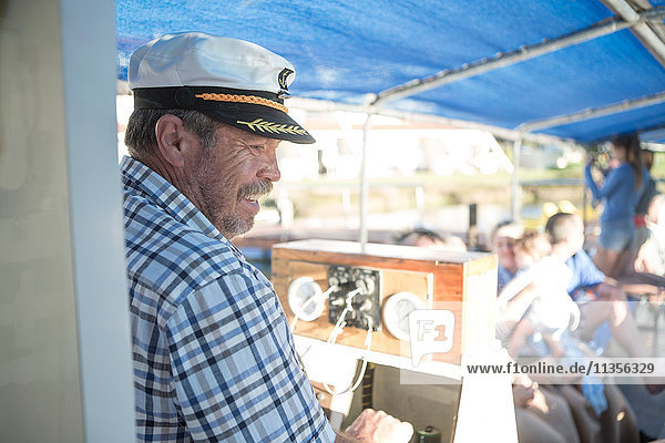 Kapitän steuert auf einer touristischen Bootsfahrt  Kapstadt  Südafrika