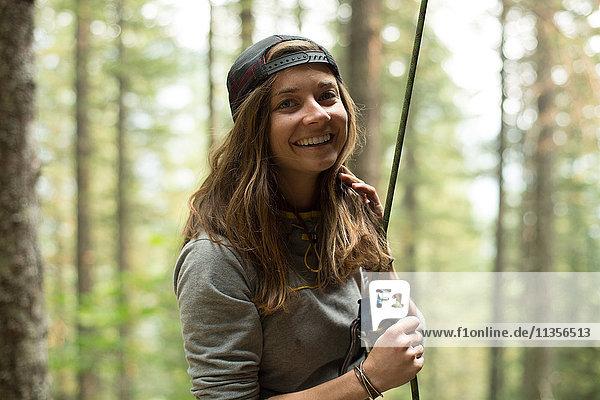 Porträt einer jungen Bergsteigerin im Wald  Mount Hood National Forest  Oregon  USA