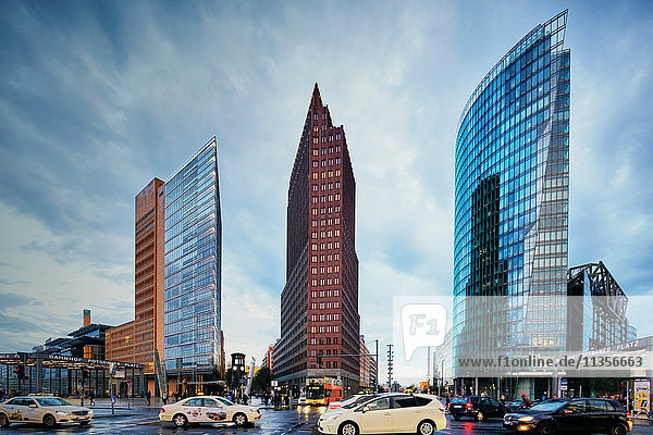 Stadtlandschaft mit Verkehr und Wolkenkratzern  Berlin  Deutschland