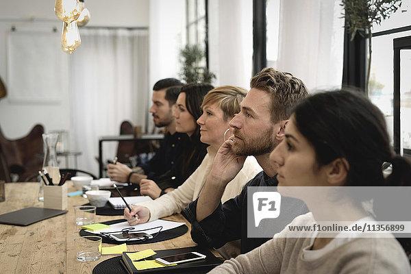 Seitenansicht der Geschäftsleute am Tisch im Büro