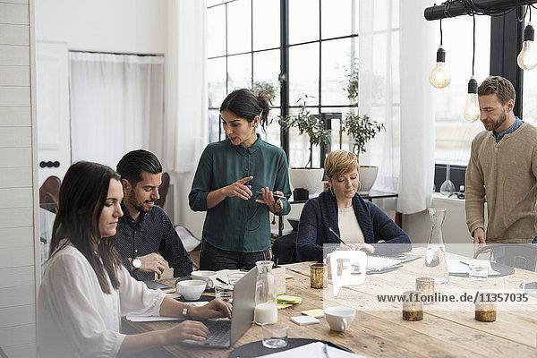 Geschäftsleute diskutieren in einem Meeting im Büro