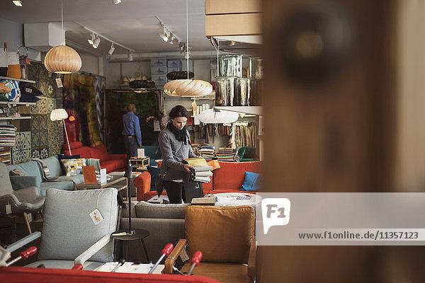 Männliche und weibliche Kunden  die im Geschäft einkaufen