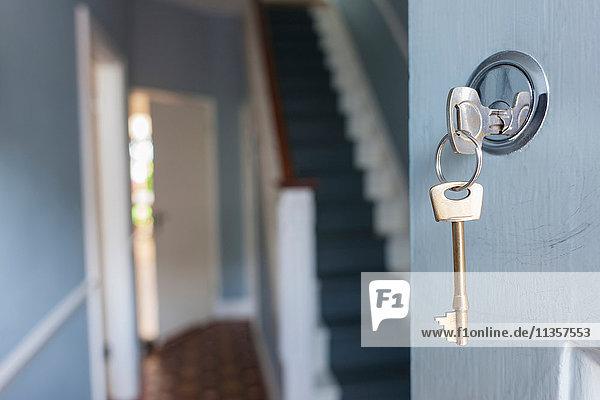 Haustüre mit Schlüssel im Schloss Haustüre mit Schlüssel im Schloss