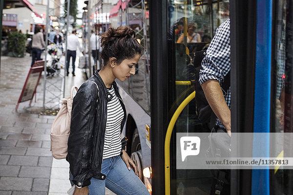 Frau und Mann beim Einsteigen in die Stadt