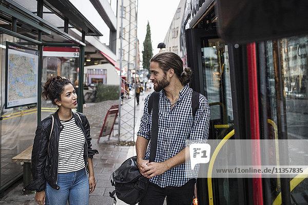 Freunde reden im Bus in der Stadt.