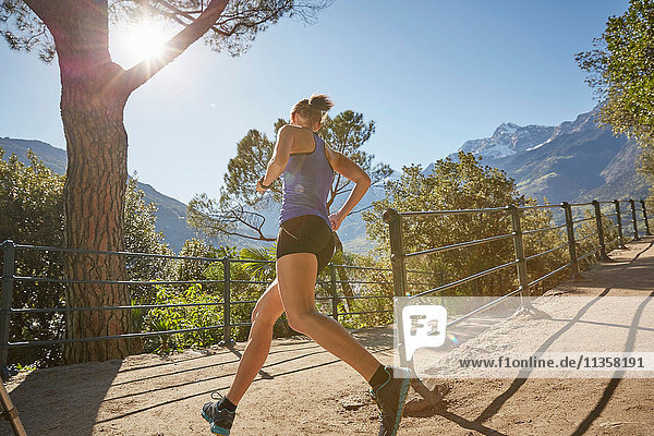 Junge Frau läuft entlang eines ländlichen Weges  Meran  Südtirol  Italien
