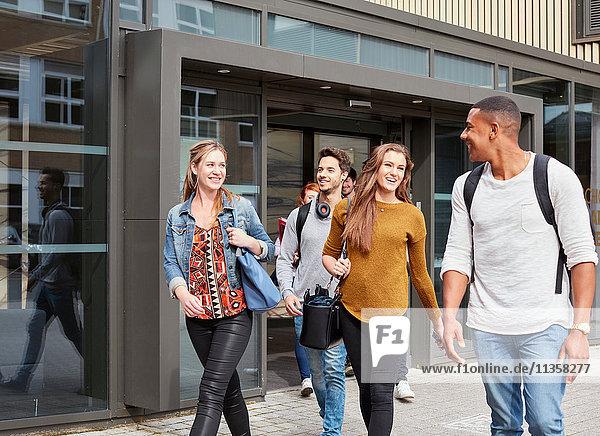 Männliche und weibliche Studenten  die die Hochschule verlassen