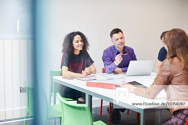 Designer treffen sich am Vorstandstisch im Design-Studio