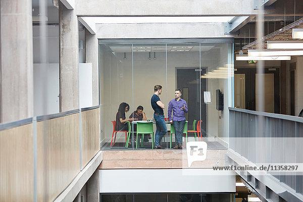 Designer diskutieren im Sitzungssaal des Designstudios