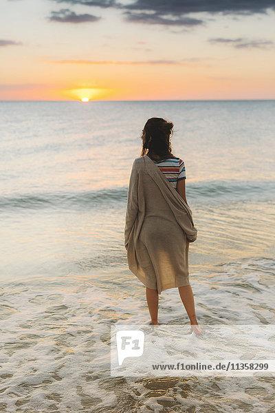 Frau genießt Strand