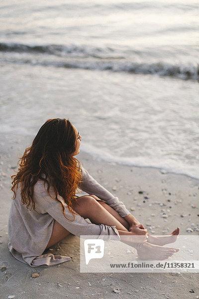 Frau träumt am Strand