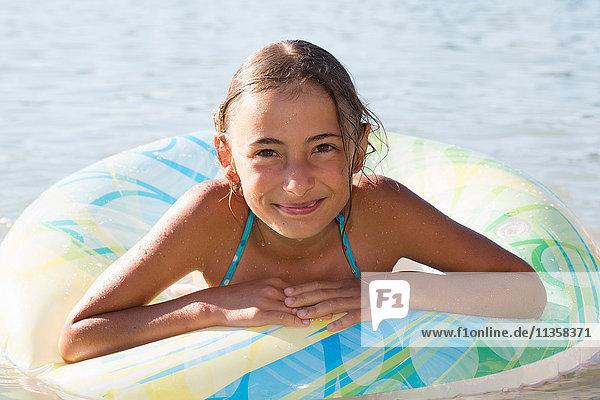 Porträt eines Mädchens im aufblasbaren Ring am Seeoner See  Bayern  Deutschland