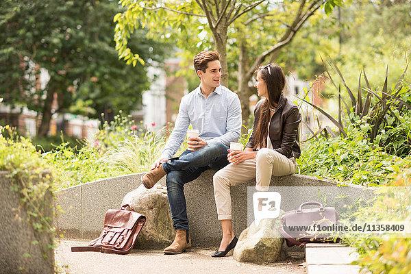 Treffen junger Geschäftsleute im Stadtpark