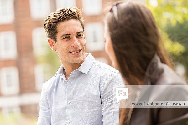 Junge Geschäftsleute im Gespräch in der Stadt