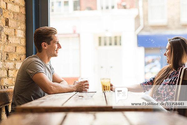 Junges Paar beim Plaudern in der Bar