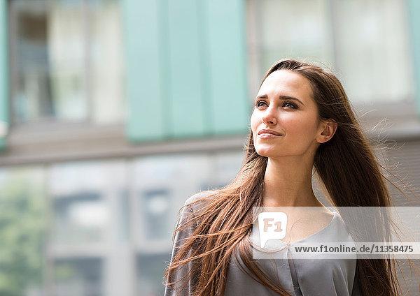 Junge Geschäftsfrau in der City Street  London  UK