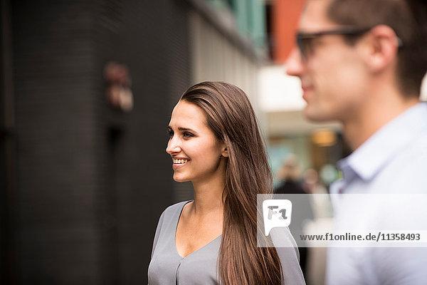 Junger Geschäftsmann und Frau auf der Straße  London  UK