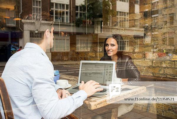 Schaufensteransicht eines Geschäftsmannes und einer Geschäftsfrau im Cafe  London  UK