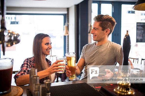 Junges Paar beim Trinken in der Stadtbar